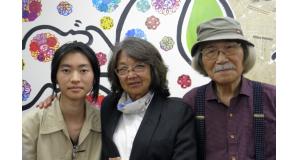 案内のため来社した安楽助手、酒井美術副委員長、豊田さん