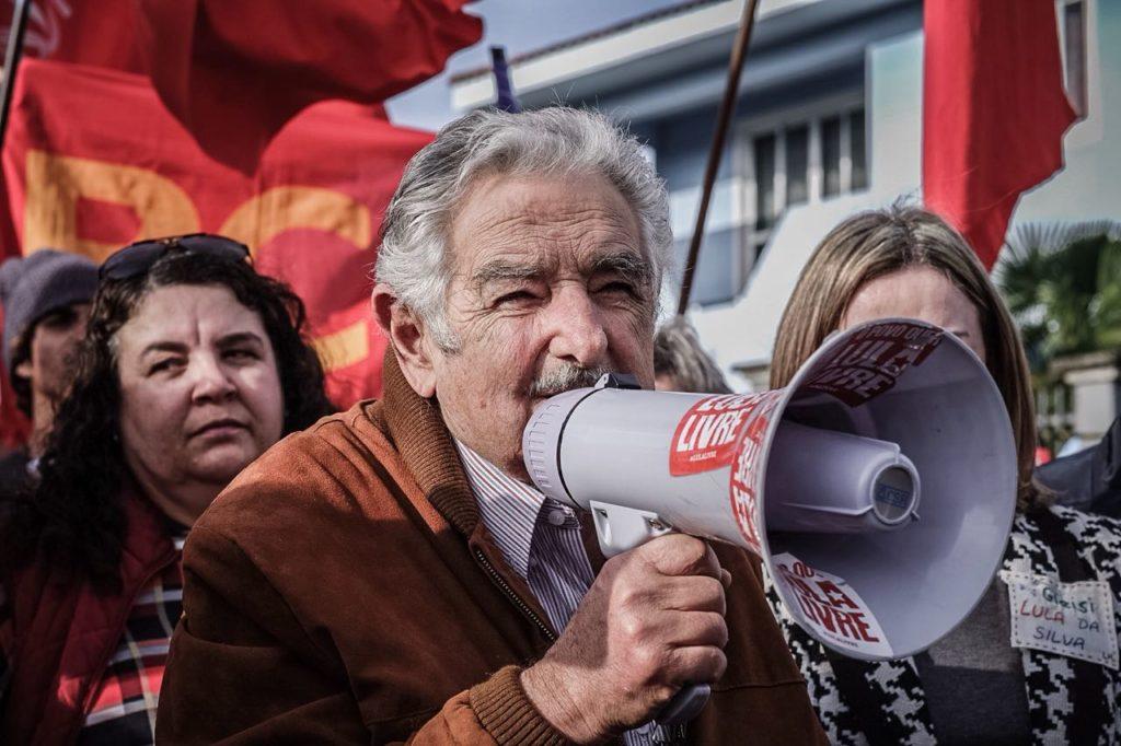 クリチバの連邦警察前で、ルーラ氏の支援者らに語りかけるホセ・ムヒカ氏(Gibran Mendes)