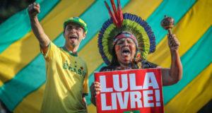 「ルーラを自由に」のプラカードをサッカー応援中にも掲げる人々(参考画像・Ricardo Stuckert)