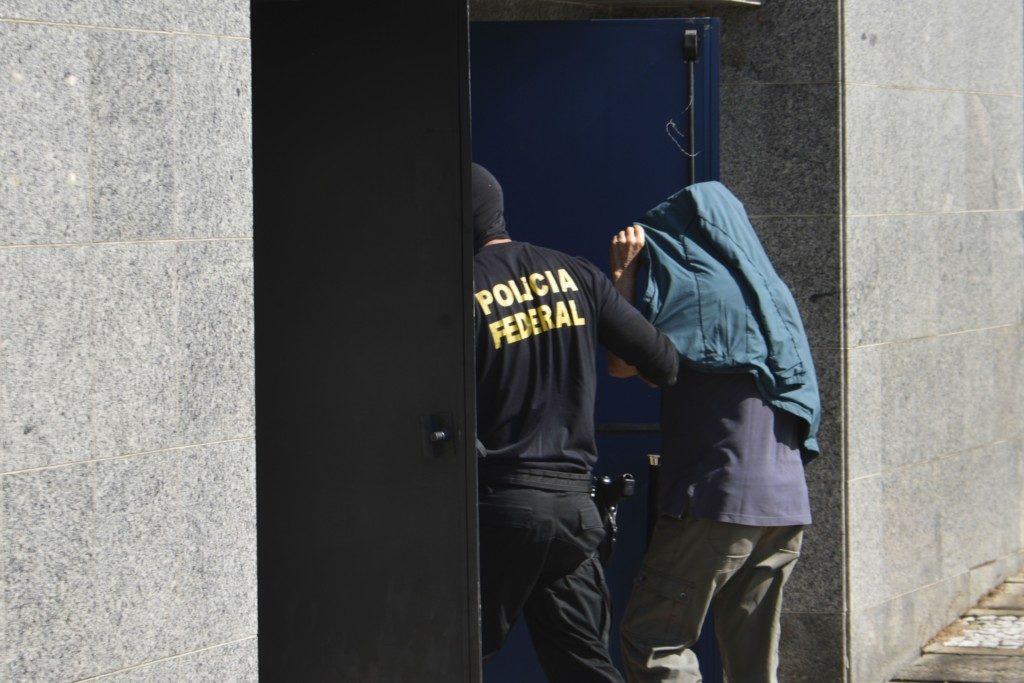 連警に連行される容疑者(Rovena Rosa/Agência Brasil)