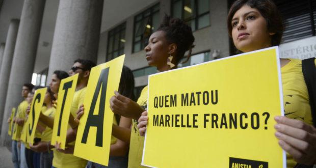 リオ州検察本部前で、マリエーレ市議殺害事件の早期解決を訴える、アムネスティ・インターナショナルの人々(Tania Rego/Agencia Brasil)