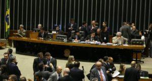 養子縁組などに関する法律を審議している下院本会議(17年9月、Valter Campanato/Agência Brasil)
