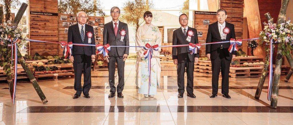 2016年9月のパラグアイ日本人移住80周年、特別展示のテープカットをする眞子さま(foto/パラグアイ日本人会連合)