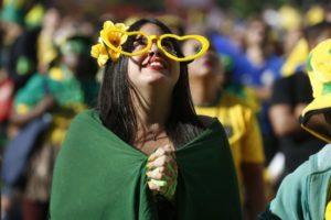 リオで行われたパブリックビューイングでセレソンを応援する女性(Tomaz Silva/Agencia Brasil)