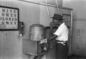 1939年の米国では、水道が白人と有色人種で分かれていた([Public domain], via Wikimedia Commons)