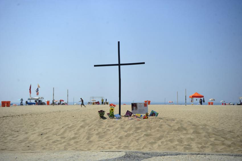 NGO団体が殺人発生率の高さに抗議して、リオのコパカバーナ海岸に十字架をたてたことも(Tomaz Silva/Agência Brasil)