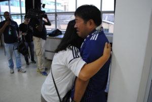 悔しさからむせび泣く齊藤さんと抱擁する妻のグエンさん