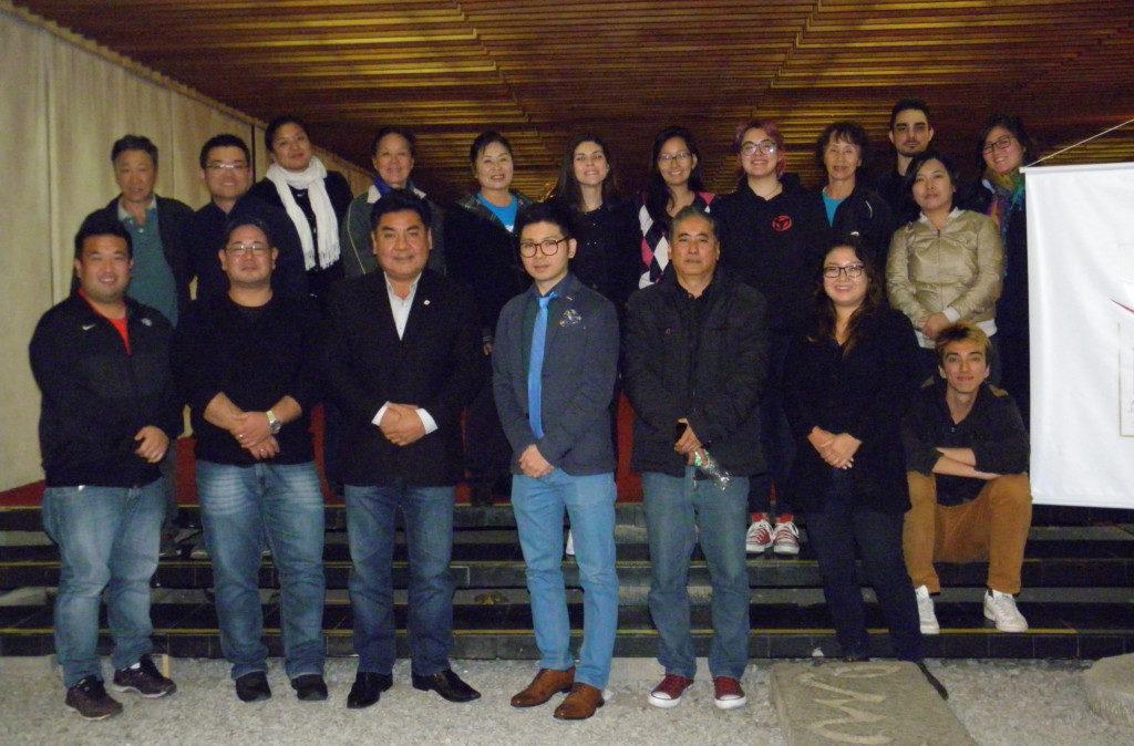 「結」関係者ら(下段左端は大城さん、左から3人目が上原副実行委員長、4人目が斉藤さん)
