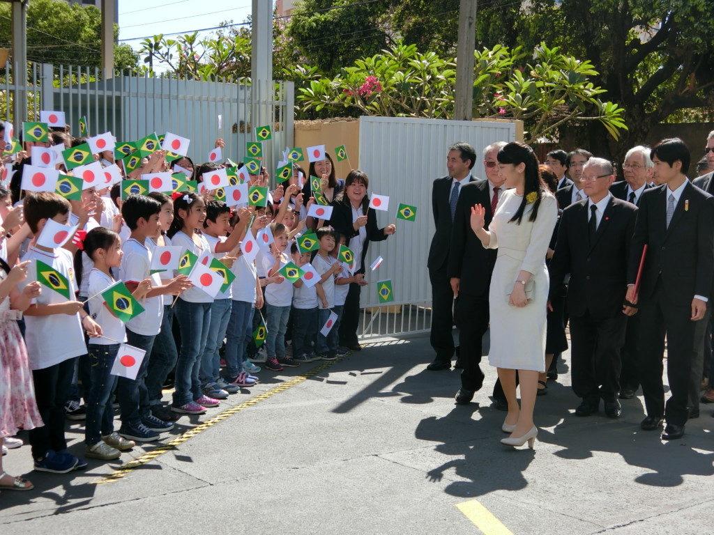 現地の日本語学校生徒らにより熱烈に歓迎された