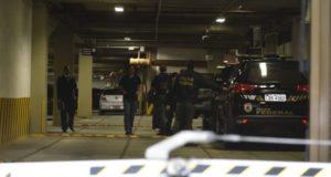 オデブレヒト社での捜索や関係者逮捕に赴いた警察車両。司法取引はLJの捜査進展に貢献したが(参考映像、Tânia Rêgo/Agência Brasil)