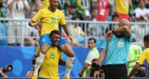 パウリーニョに担がれてゴールを喜ぶネイマール(Lucas Figueiredo/CBF)