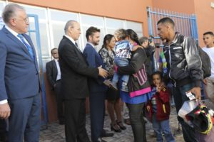 ブラジリアの施設で大臣達に迎えられるベネズエラ人移民達(Fabio Rodrigues Pozzebom/Agência Brasil)