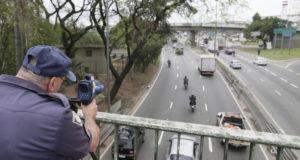 サンパウロ市マルジナルでのバイクの速度監視の様子(参考映像、Cesar Ogata/Secom、10/09/2015)