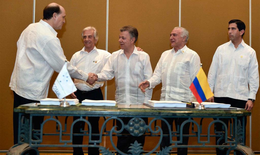 コロンビアのサントス大統領(中央)らと、共同宣言に署名するテメル大統領(右から2番目)(Cesar Carrion/SIC)
