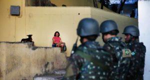 リオ市内を巡回する軍兵士たち(Fernando Frazão Ag Brasil)