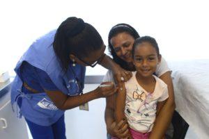 予防接種を受ける少女(Tânia Rêgo/Agência Brasil)