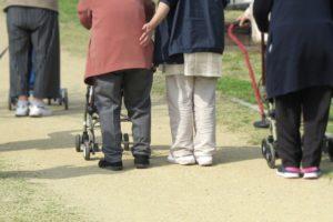 【参考写真】散歩をする高齢者