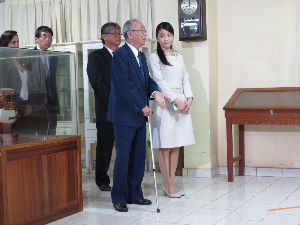 角田さんの案内で史料館を視察される眞子さま