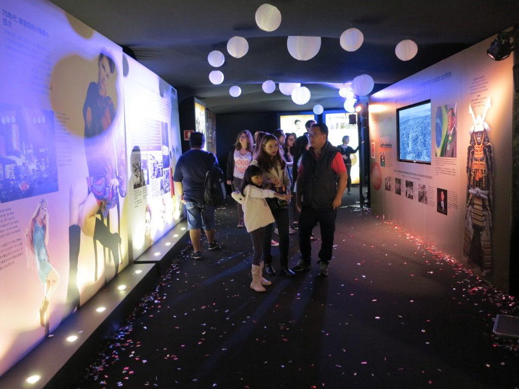 池崎商会のブース入り口をくぐると日本移民の歴史を伝えるトンネルへ