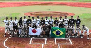 日本体育大学のグランドで親善試合をした際の記念写真
