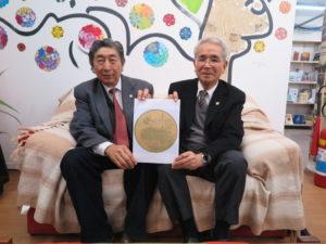 来社した桂川笠戸丸表彰小委員長(左)と菊地祭典実行委員長