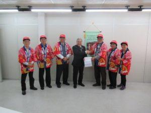義捐金を届けた広島カープファンのグループ