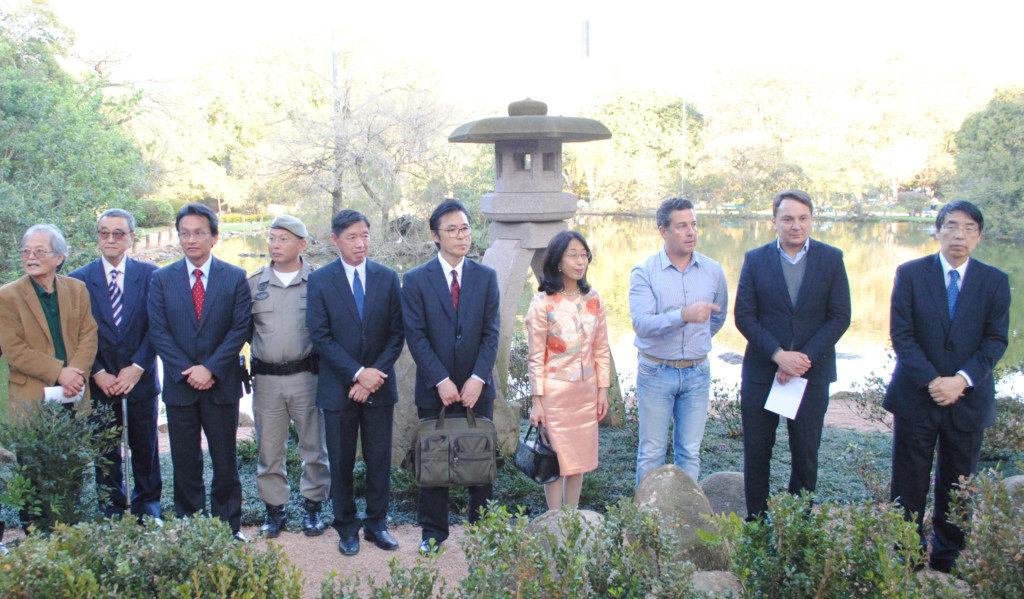 式の様子。右から山田大使、レモス経済開発課書記官