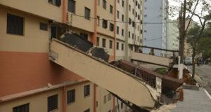 建物の前の土留めが崩れたために渡り廊下まで倒壊した集合住宅(Rovena Rosa/Ag Brasil)