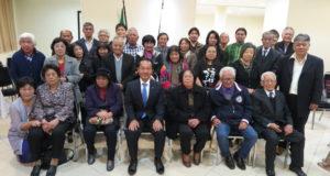親睦会の皆さんと記念撮影した渡具知市長(手前中央)