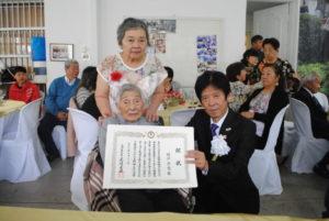 県人会最高齢101歳の横井静香さんと岩城副知事
