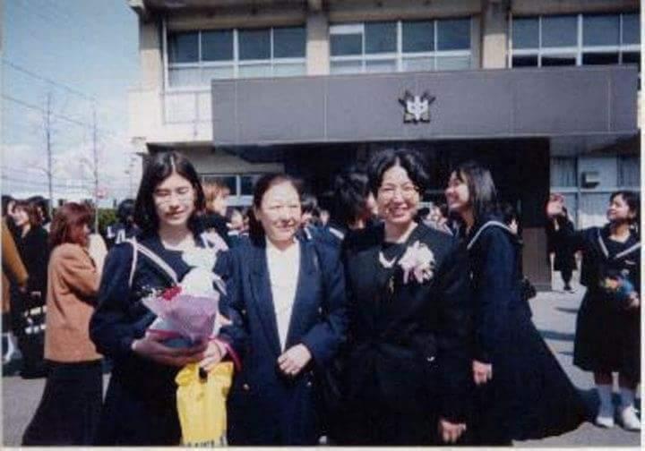 左から中学時代の島野さん、母さん、高校進学をサポートしてくれた英語の先生(島野さん所蔵)