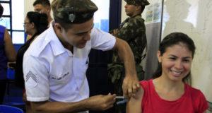 軍医や兵士も協力して行われているマナウス市での予防接種キャンペーン(Altemar Alcantara/Semcom)