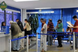 年金などの受け取りのために銀行の窓口に並ぶ人々(Antonio Cruz/Arquivo Agência Brasil)