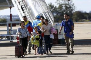 7月にブラジリアに移送されたベネズエラ人難民。ただし、ブラジルに逃れたベネズエラ難民の大多数はロライマ州に留まっている。(参考画像・Marcelo Camargo/Agencia Brasil)