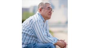 【参考写真】じっと遠くを見つめる高齢者男性