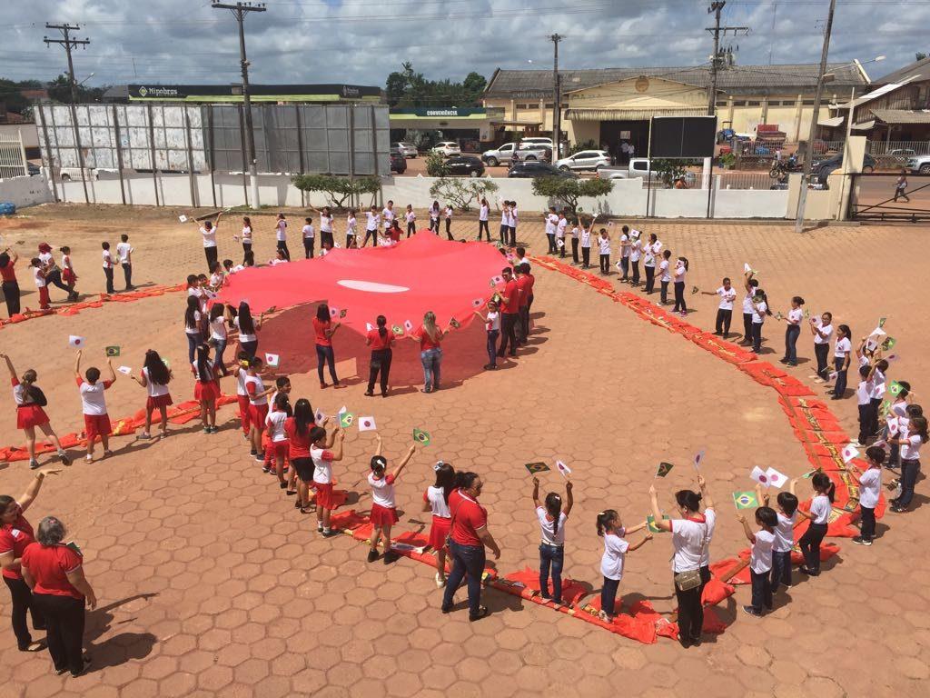 眞子さまの飛行機ご到着にあわせ、ニッケイ学校の生徒達が日伯の旗を振り歓迎した(提供=ACTA)