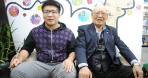来社した飯田さん(左)と大瀧多喜男理事