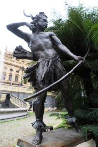 「栄光―希望の泉」の一部をなすグァラニー族の銅像