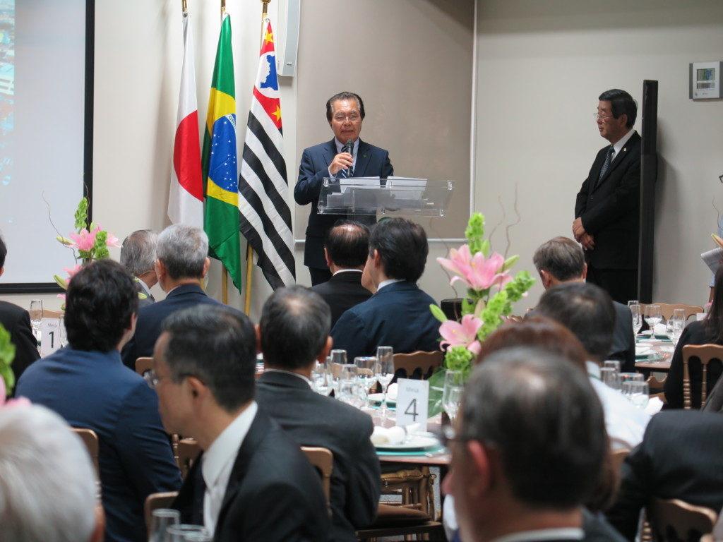22日の30周年式典で挨拶する与儀会長