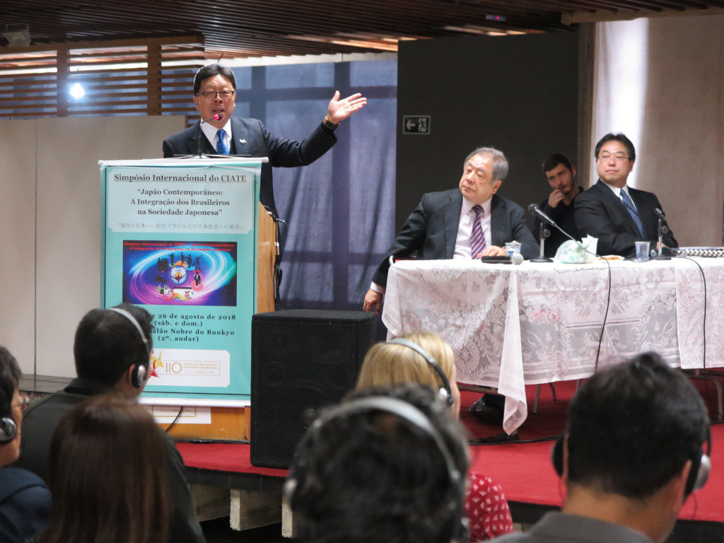 「日系ラティーノから東大生が生まれる時代になった」と講演する松本さん