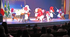 勇壮な和太鼓に会場総立ちになったショーの様子
