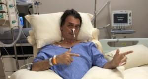 7日、病室で銃のポーズをとるボウソナロ氏(@FlavioBolsonaro)