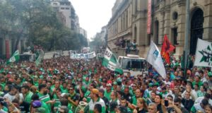 現政権になって最初に起きたゼネストの一コマ(17/04/06、CTA de los Trabajadores)