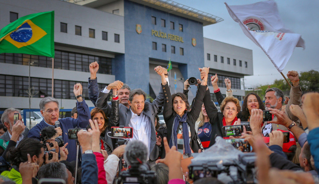 PTの正式な大統領候補として発表されたハダジ氏(中央左)と副のダヴィラ氏(同右)(Ricardo Stuckert)