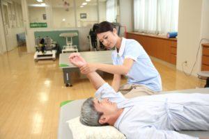 リハビリを受ける男性患者(参考写真)