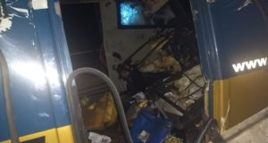 扉を破壊され、内部も物色された現金輸送車(Polícia/Divulgação)