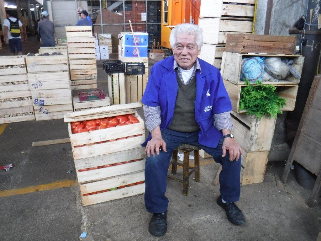 トマトが入った20キロの箱を軽々持ち上げる元気な新垣さん