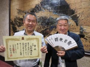 汎米大会の表彰状を持つ高野さんと高嶋さん(左から)