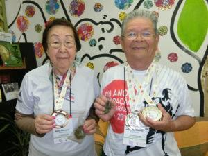 揃ってメダルを獲得した山本夫妻