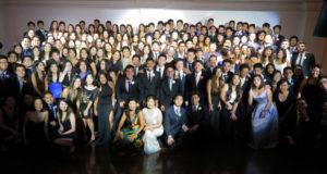 卒業生らと記念撮影(手前中央左が真由美校長、右が永実副校長)